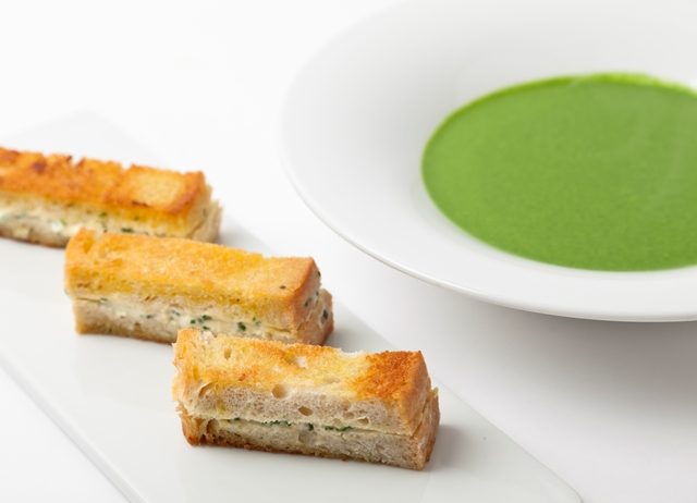 Spinach soup with wild garlic toasts