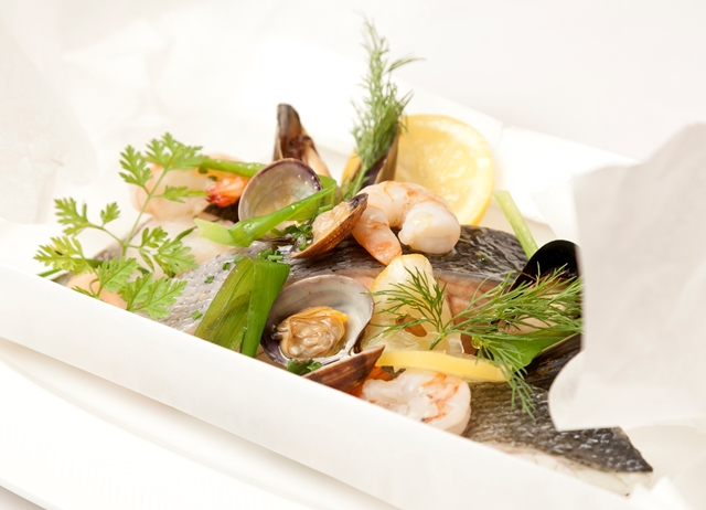 Salmon with shellfish and leeks en papillote