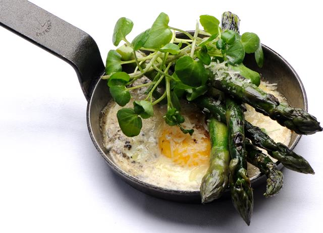 Fried duck egg with asparagus and truffle