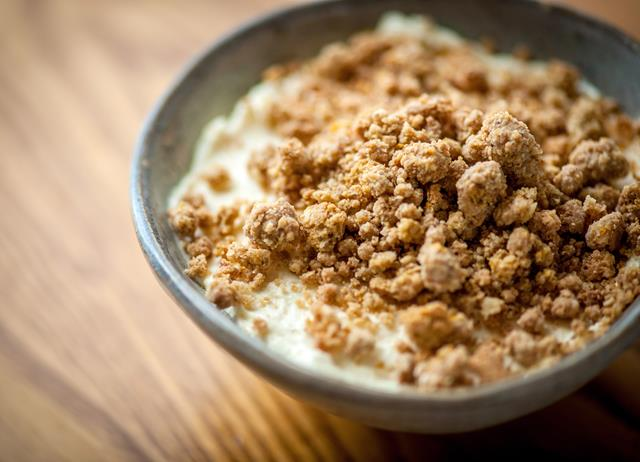 Orange marmalade with cheesecake and Amaretti crumble