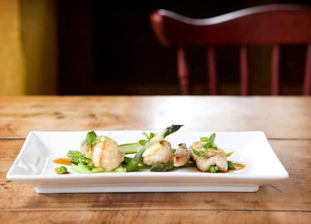 Pan-fried lamb sweetbreads with pea purée, asparagus spears
