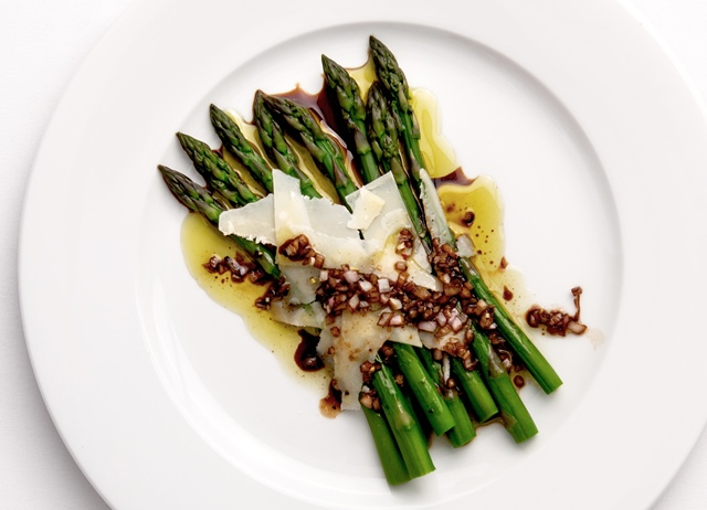 Asparagus with balsamic vinegar and shaved Parmesan