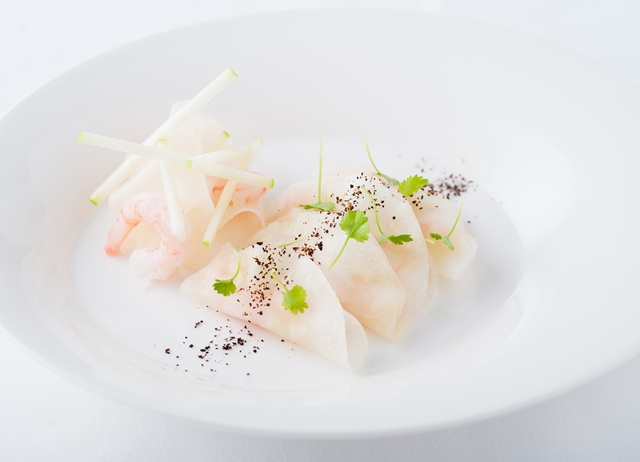 Sliced kohlrabi stuffed with prawn, apple and lemon