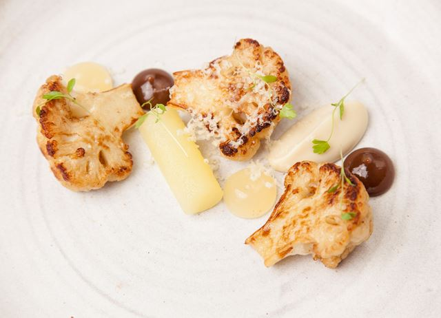 Cauliflower with apple, raisin and cheddar